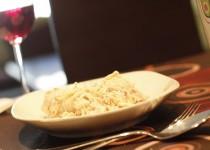 Espaguetis con salsa de queso,nueces y beicon